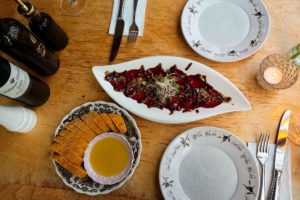 Tapas: hausgemachtes Brot, Aioli und Rote-Bete-Carpaccio mit Kürbiskernkrokant